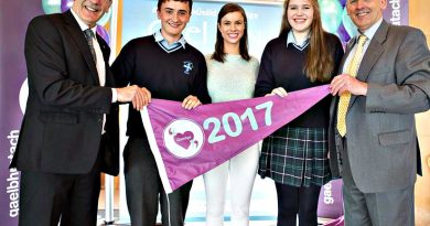 Students Eoin Ó Máirtín and Orianna Ní Dhuibhir accepted the flag on behalf of Coláiste an Rísigh, Inis